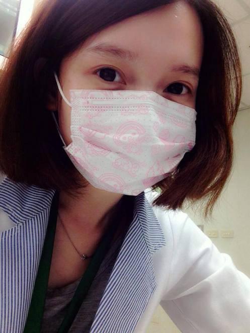 qq头像女生短发戴口罩正脸分享展示